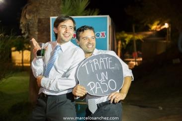 invitados en un asamiento mostrando carteles de boda con fraces romanticas Foto: www.marcelosanchez.com